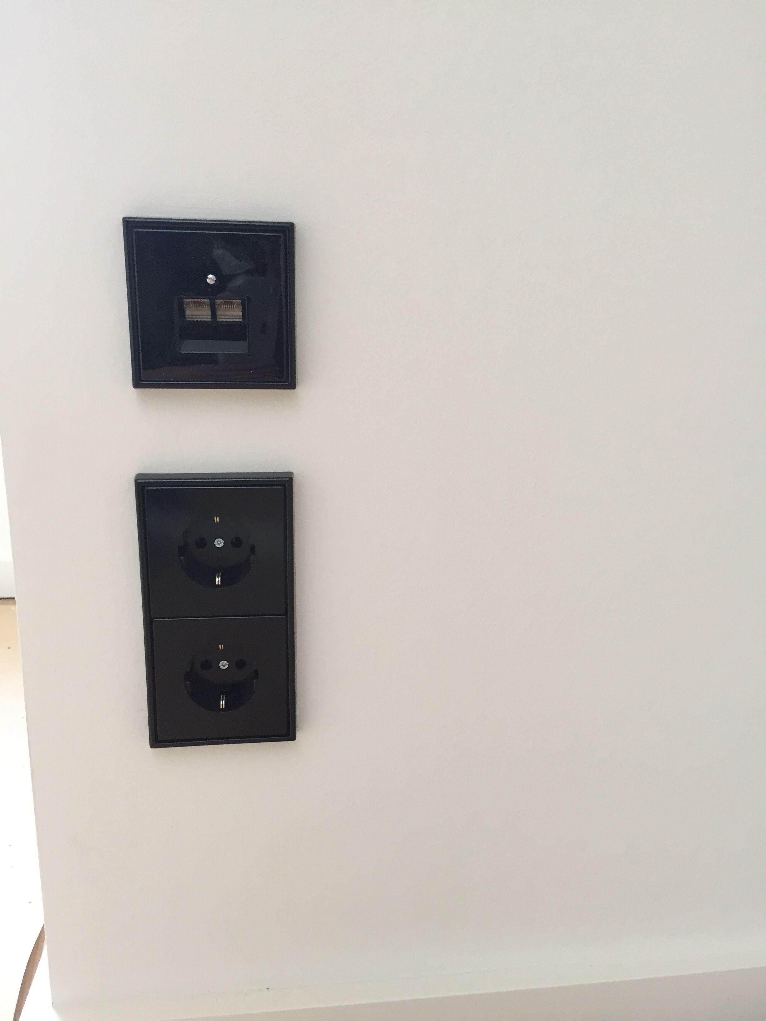 Schalter Und Steckdosen Und Eine Netzwerkdose Von Jung Ls990 In Schwarz Schalter Und Steckdosen Steckdosen Und Lichtschalter Steckdosen