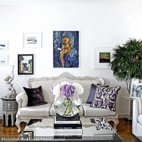 Opulentes Wohnzimmer mit Spiegel-Couchtisch und Couch im Barock-Stil