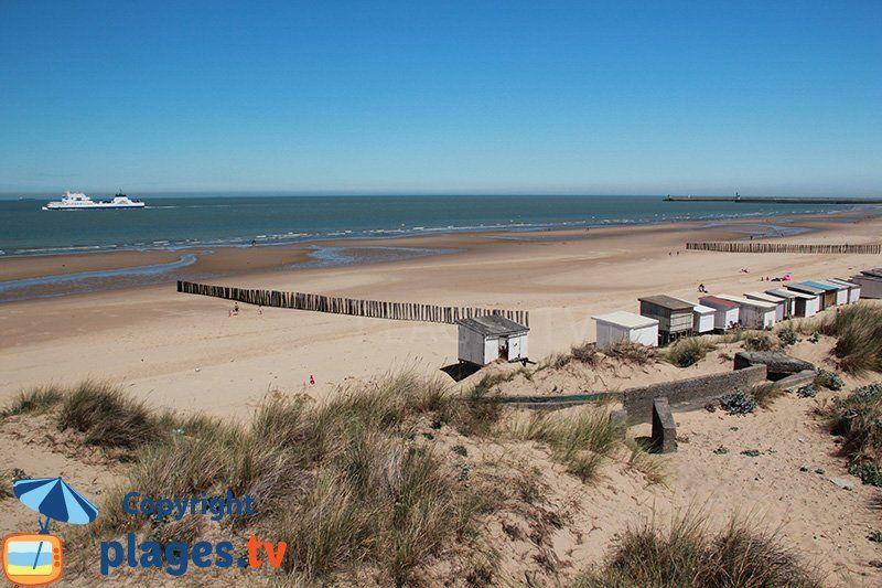 La Grande Plage De Calais Avec Un Bateau Venant De L Angleterre Cayeux Sur Mer Cabine De Plage La Grande Plage