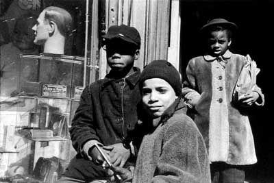 Cartier-Bresson Fotografía de una escena callejera en el barrio de Harlem, Nueva York (1947)