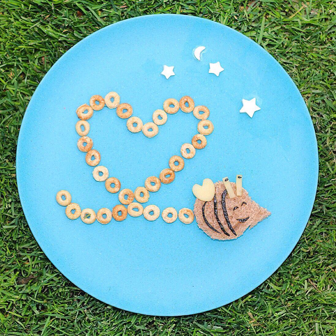 Bbzzz...  Una abejita llegó volando a la colación de Pedrito! Más ideas en mi Instagram: http://www.instagram.com/minrebolledo ;)  #kids #food #bee #healthy #abeja #colacion #snack #saludable