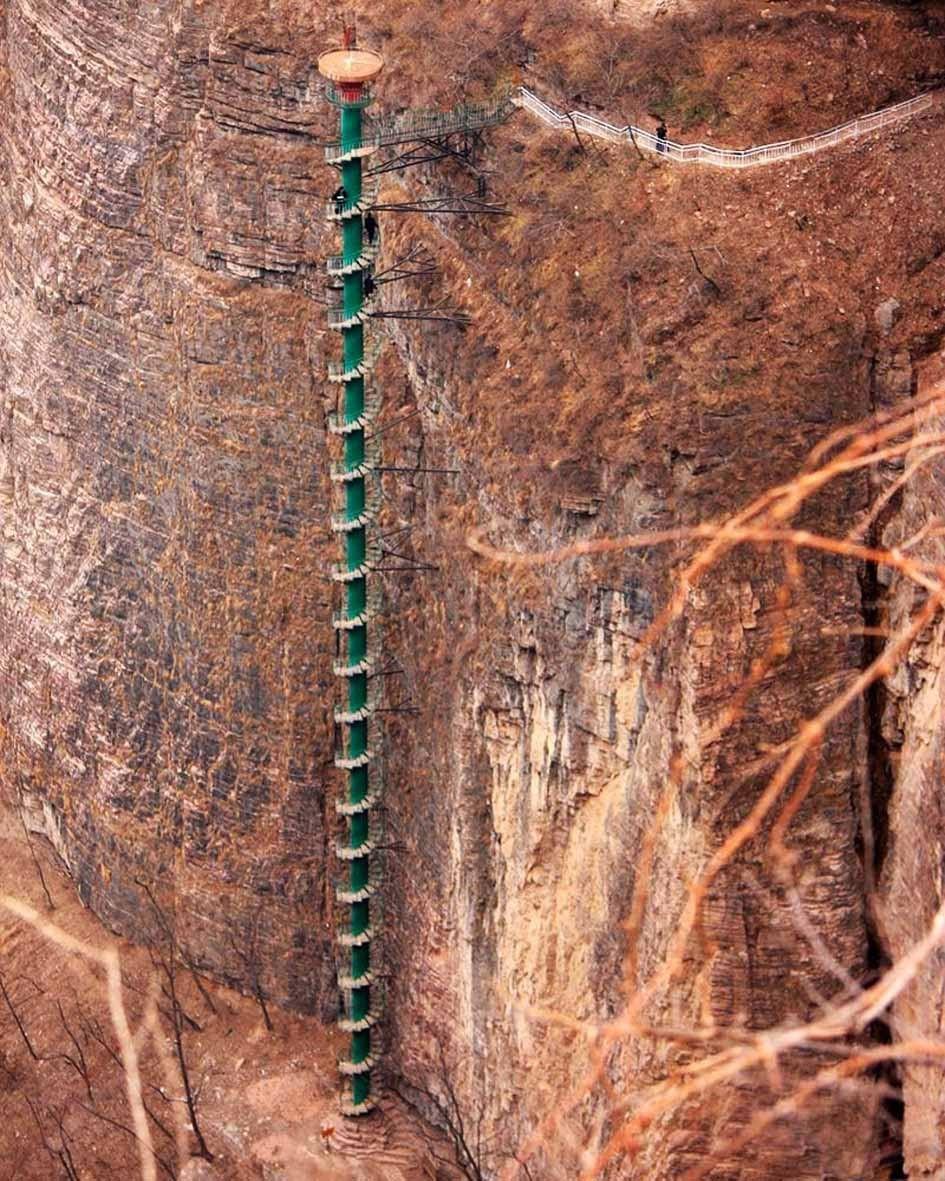 Escada em espiral das montanhas Taihang - China / Criada para facilitar os acessos às montanhas de Taihang, tornou-se por si só em uma atração. A subida é árdua e enjoativa, com tantas voltas, mas o visual compensa. Não é permitida o acesso à pessoas com mais de 60 anos, além de ser necessária a assinatura de um formulário atestando boas condições físicas para a subida