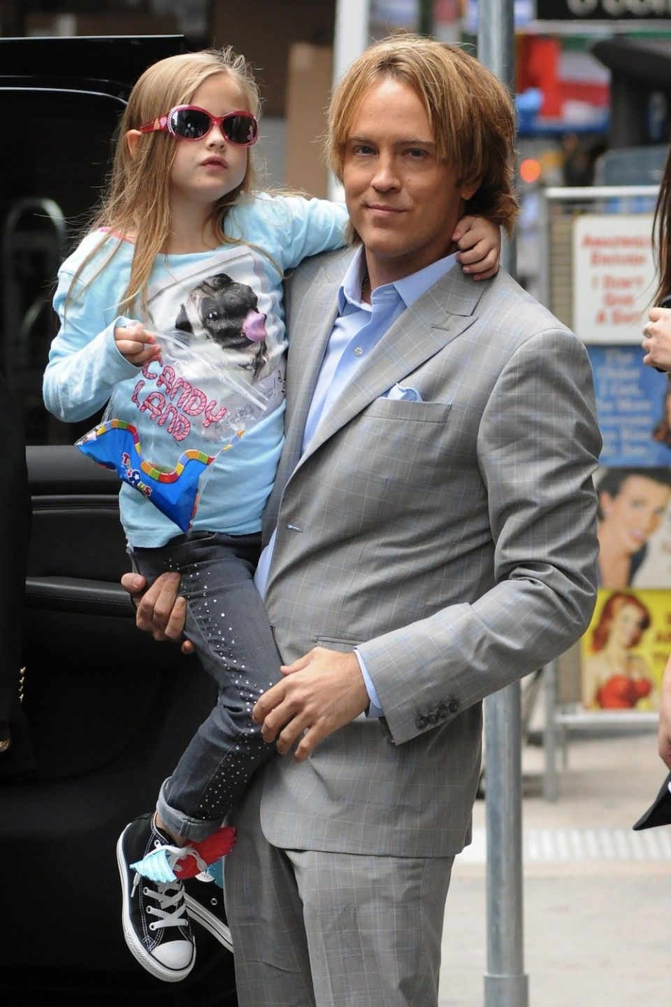 images Larry Birkhead Anna Nicole Smith's Tot Arrive In USA
