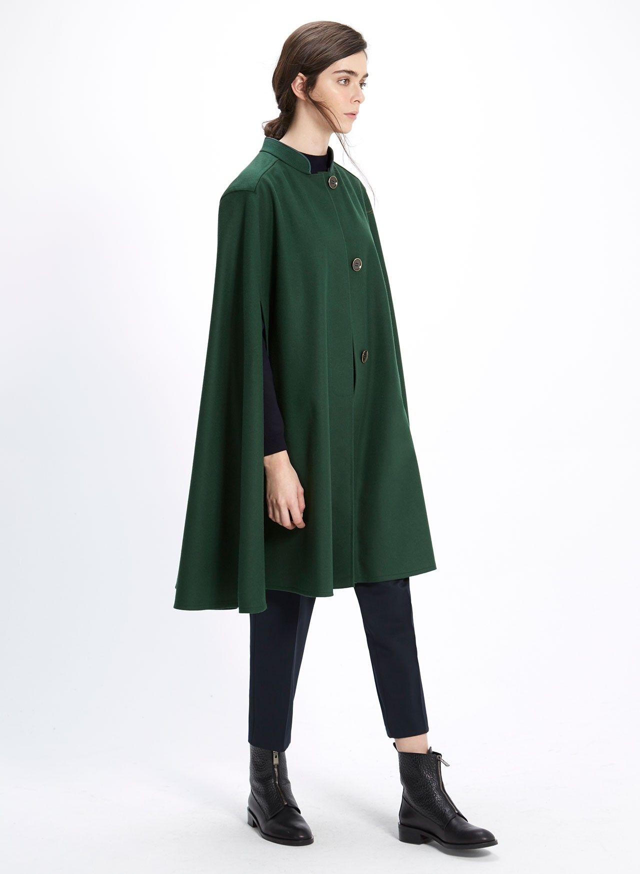ES: Capa Catherine Verde. Capa de lana merino con aberturas, cuello mao y abotonadura oculta. EN: Catherine Cape - Green. Merino wool cape with openings, hidden closing and mao collar.