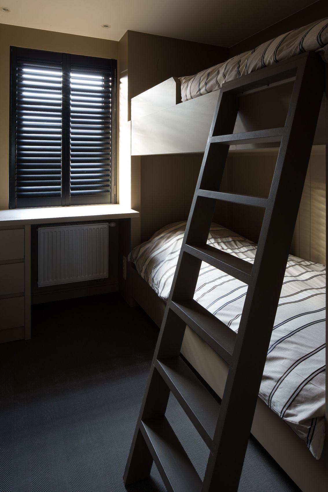 Deze zwarte shutters geven de slaapkamer een stoere uitstraling ...