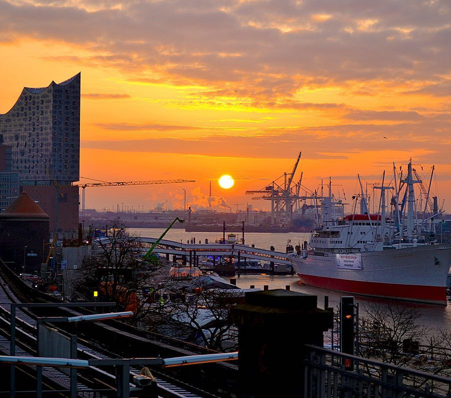 Lichterrundfahrt Bei Nacht Uber Den Hafen Hamburgs Hafen Hafen City Hamburg