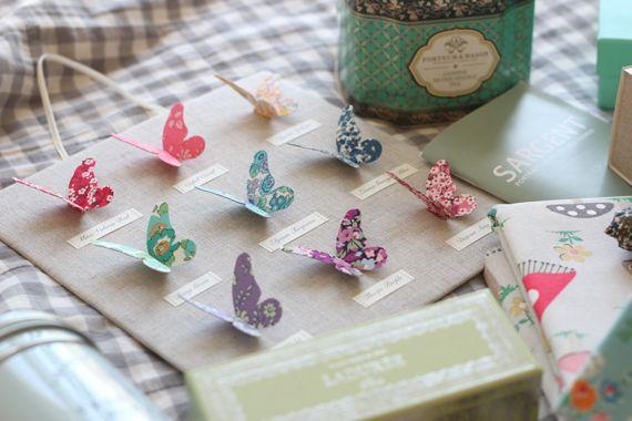 Bunte Papier-Schmetterlinge auf Leinen