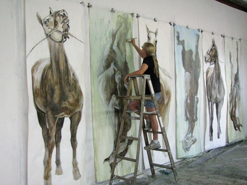 Artist draws large horses and crowds