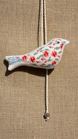 Ежевика: Птичка в цветочек. Подвеска.