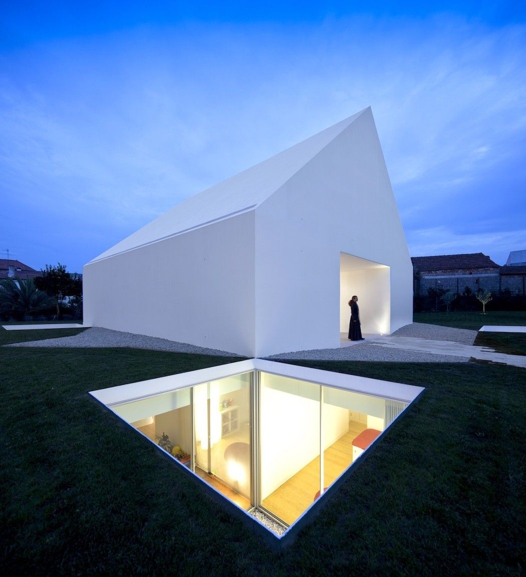 Maison blanche minimaliste au portugal par aires mateus for Architecture celebre