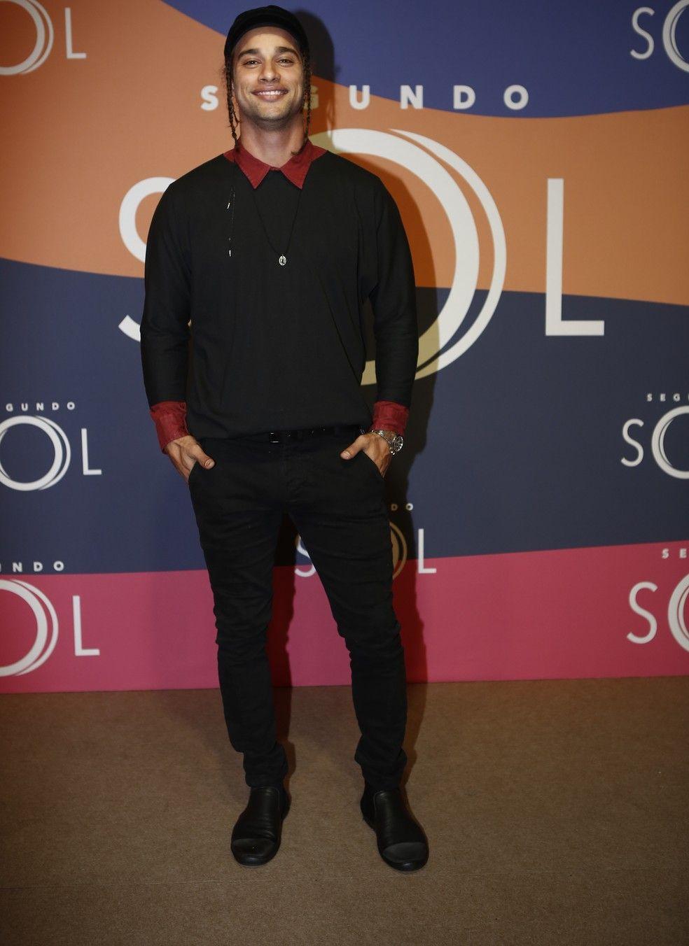 98c60661e Pablo Morais esbanja estilo com look preto e vermelho (Foto: Artur  Meninea/Gshow)