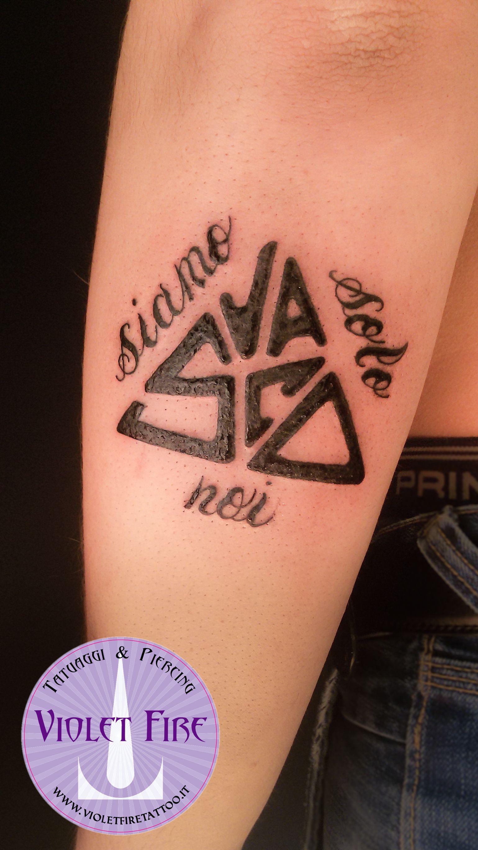 tatuaggio scritta Vasco Rossi logo triangolo Siamo Solo Noi corsivo su  bracci, tatuaggio siamo solo noi , tatuaggio vasco, tatuaggio triangolo,