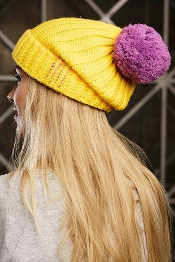 Желтая женская шапка с фиолетовым помпоном