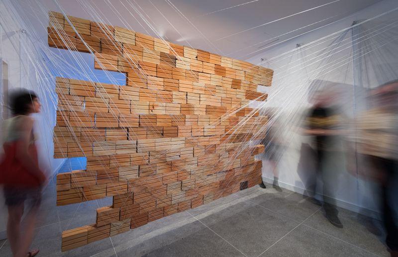 Nathalia García | 2012 | MURO | Linha de crochê, 1 sofá e 210 tijolos   Galeria do Ocidente PORTO ALEGRE / RS - BRASIL  Fotos: Fabio Del Re