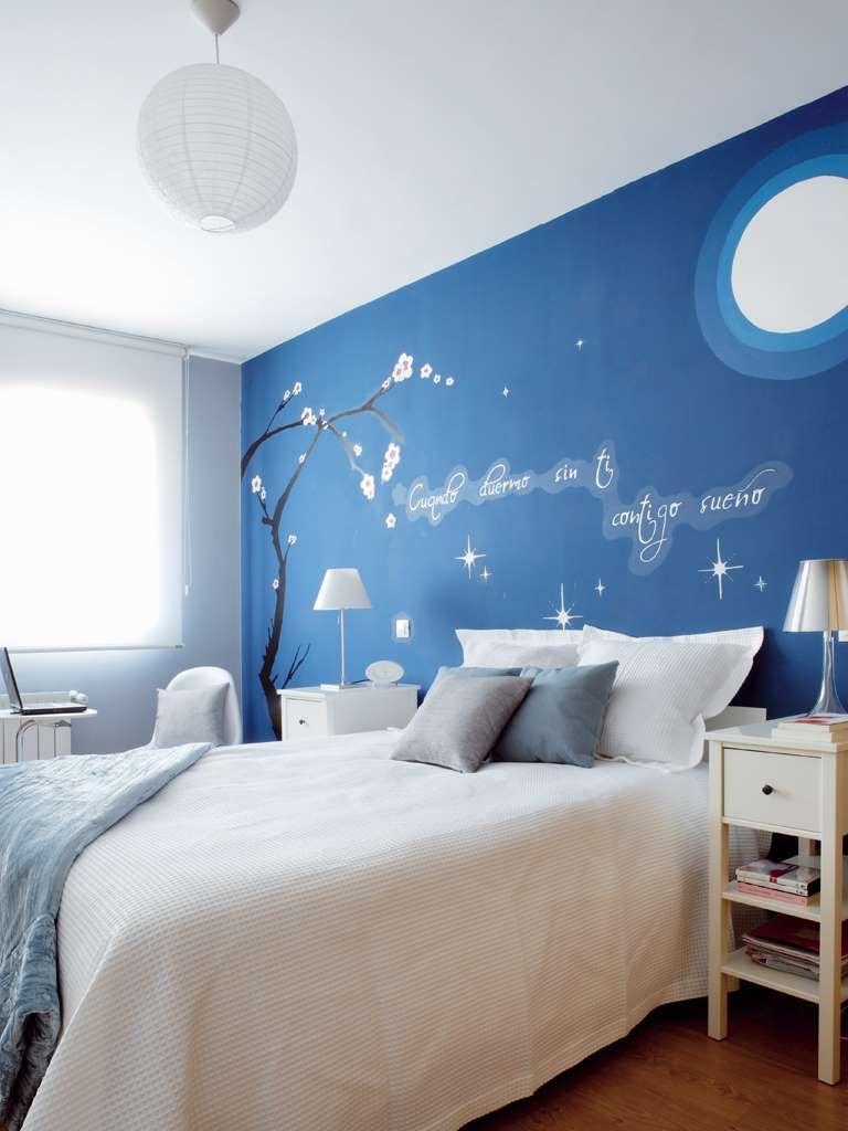 La pared del cabecero se ti e de azul como el cielo y su for Paredes juveniles pintadas