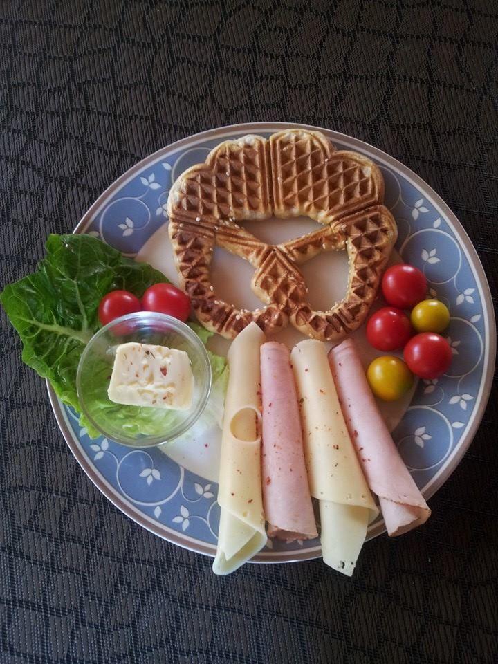 """Wenn es """"schnell"""" gehen soll: gefrorene Breze gut antauen lassen und in heißem Waffeleisen ausbacken, Beilage dazu, fertig ist das Mittagessen. ..."""
