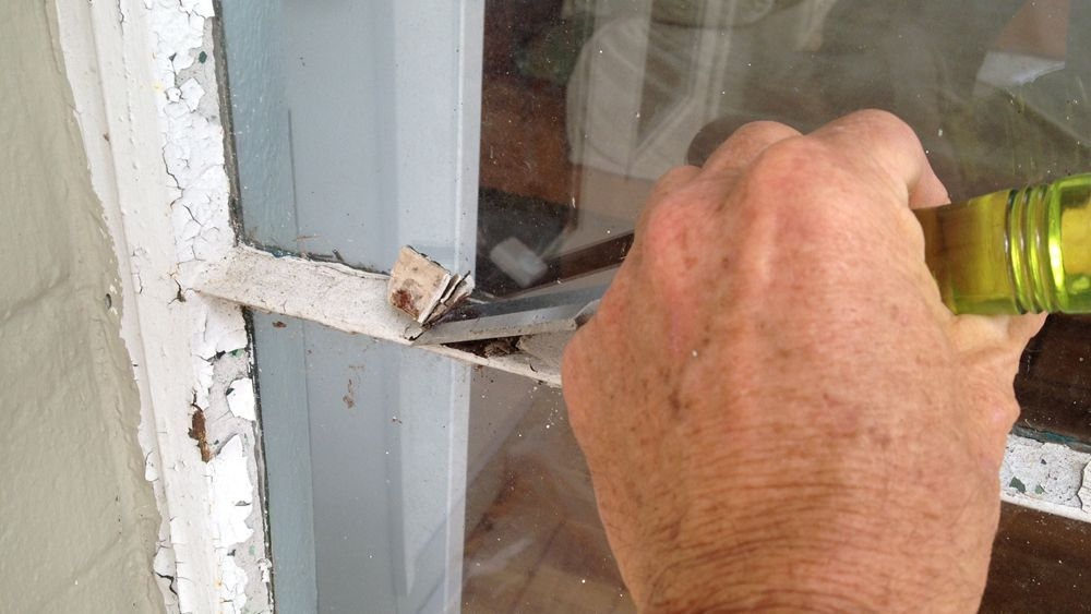 How to Remove and Replace Putty and Glass From Single Pane