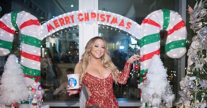 Mariah Carey S All I Want For Christmas Is You Hits No 1 For The First Time In 25 Years Since Releas Mariah Carey Mariah Carey Photos Mariah Carey Christmas
