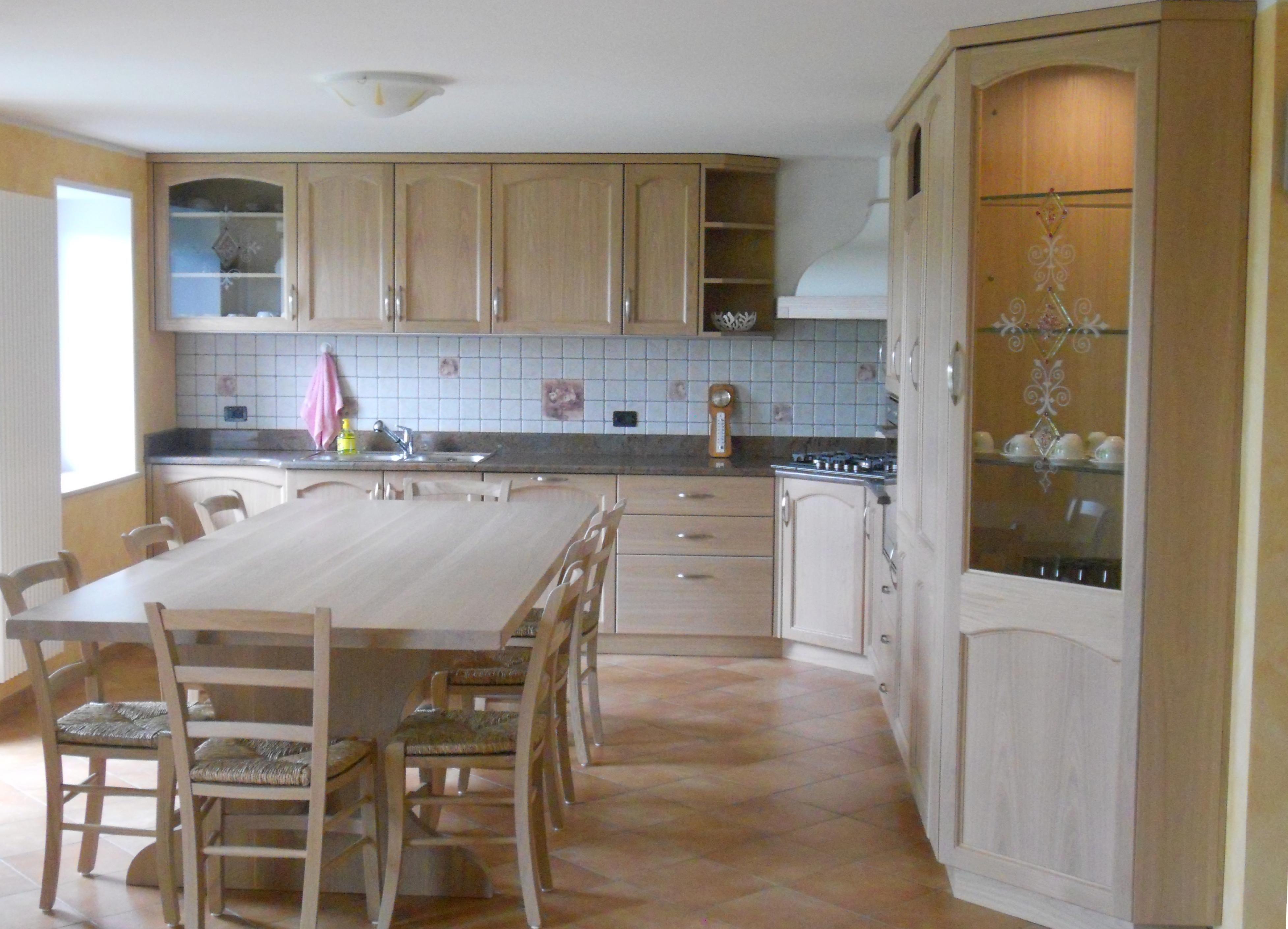 cucina in rovere sbiancato su misura con tavolo fisso su misura vetrina ad