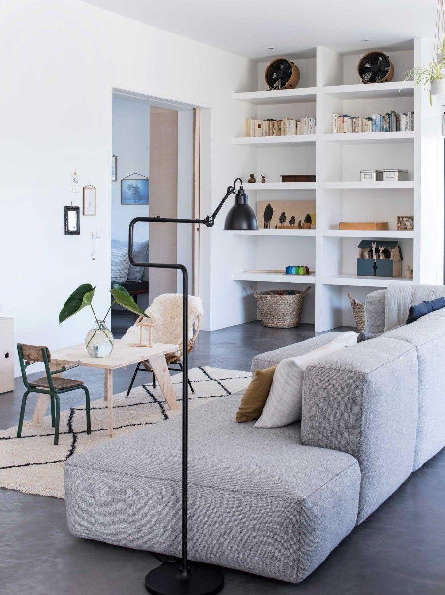 lichte woonkamer met grijze bank | Interior | Pinterest | Open ...