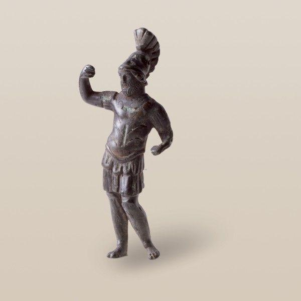 Warum steht Mars da wie bestellt und nicht abgeholt? Dem bärtigen Kriegsgott, gefunden in Riehen und aus dem 2. JH n. Chr., fehlen Lanze, Schild sowie der metallene Sockel. Wenigstens ist die Rüstung aus korinthischem Helm, Muskelpanzer, Lederkoller, Tunica sowie Beinschienen komplett. #archaeologie #schatz #schmuck #stein #basel #schweiz #grabungen #hmb #museum #GI2M
