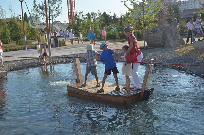 Дети переправляются через водную преграду