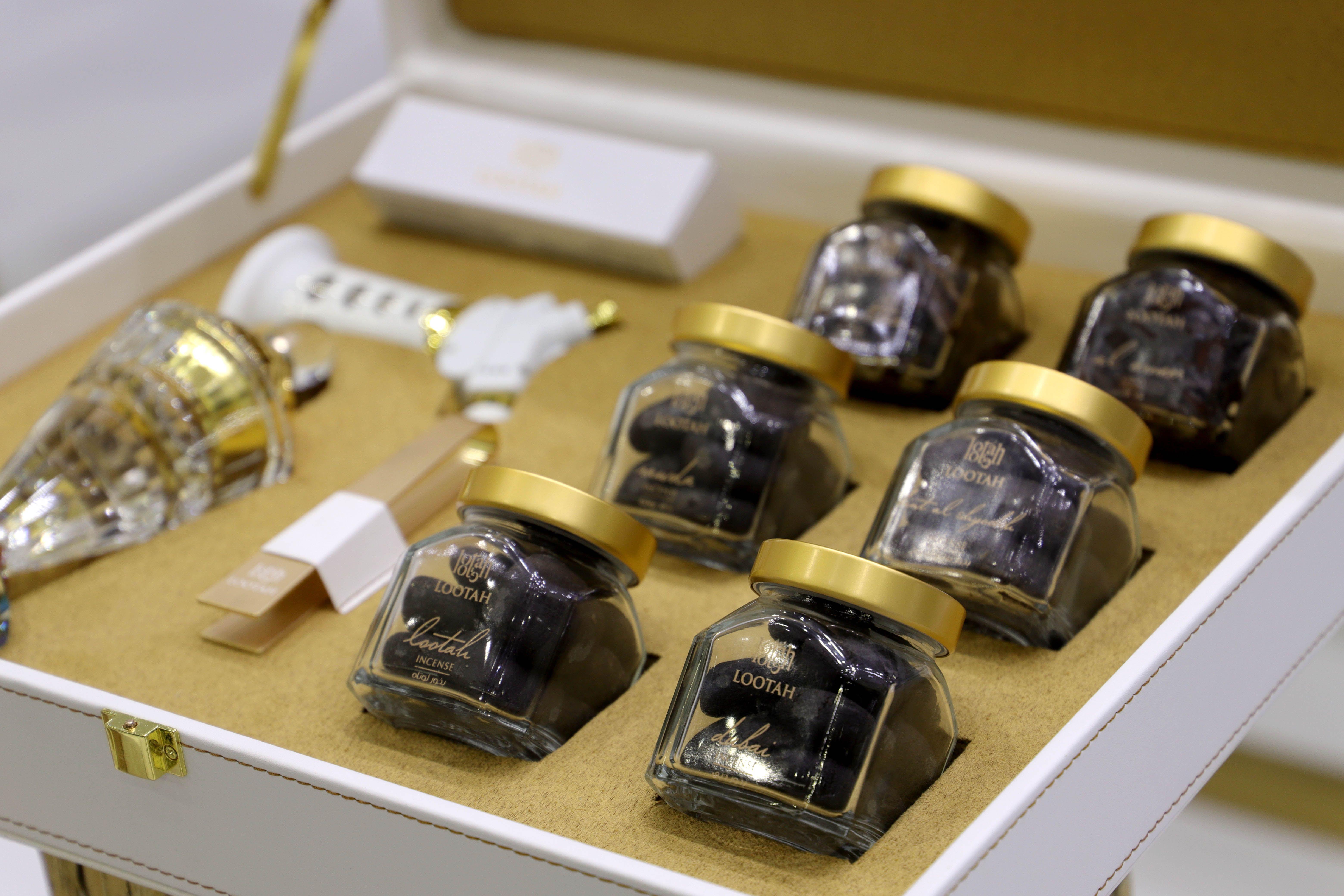 طقم من الجلد الفاخر يحتوي على 6 أنواع مميزة من البخور طقم البخور من لوتاه مع أكسسوارات خاصة لكل محبي البخور Kors Watches Michael Kors Watch Accessories