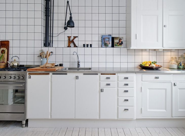 cocina-con-azulejos-blancos-juntas-negras cocinas Pinterest