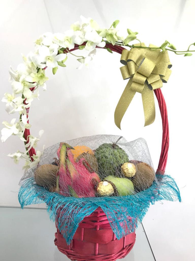 A fresh floral arrangement combined with selected seasonal fruit in send flowers to pune izmirmasajfo
