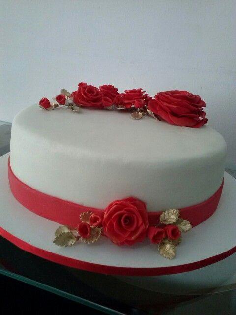 Bolo Feminino Branco Com Rosas Vermelhas E Douradas Com Imagens
