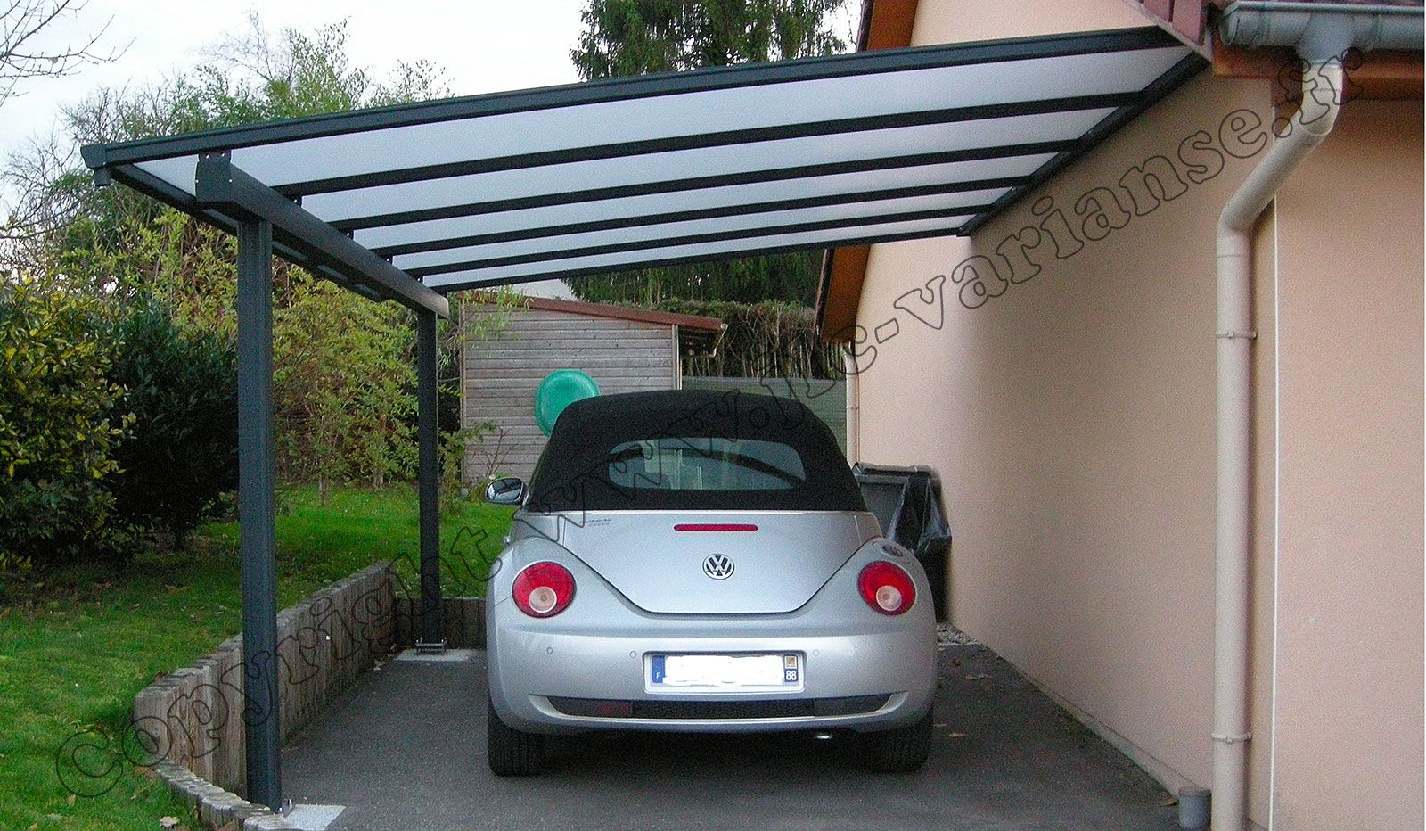 ce carport mural mod le florival adoss au mur du garage couvre ais ment 1 voiture le v hicule. Black Bedroom Furniture Sets. Home Design Ideas
