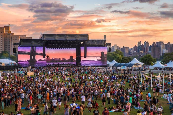 Panorama Stage: Similar to last year's inaugural edition, the festival's main stage broadcast a variety of imagery on three massive screens throughout the weekend. In between performances, the stage adhered to its New York theme with images of the city.