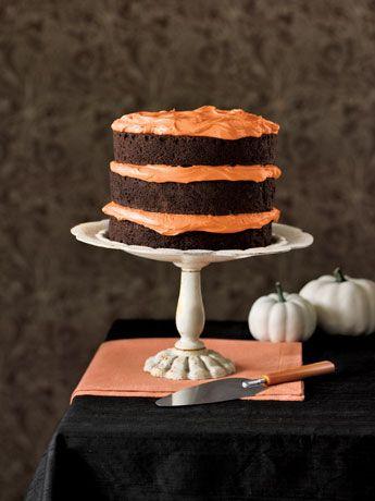 Mmmm, en smuk og lækker Halloween lagkage... Lav den med #karenvolf mørke kakaolagkagebunde og orange cream cheese frosting. Pynt med en lakridsedderkop, og du har årets kage! #halloween #lagkage #græskarkage #lagkagebunde