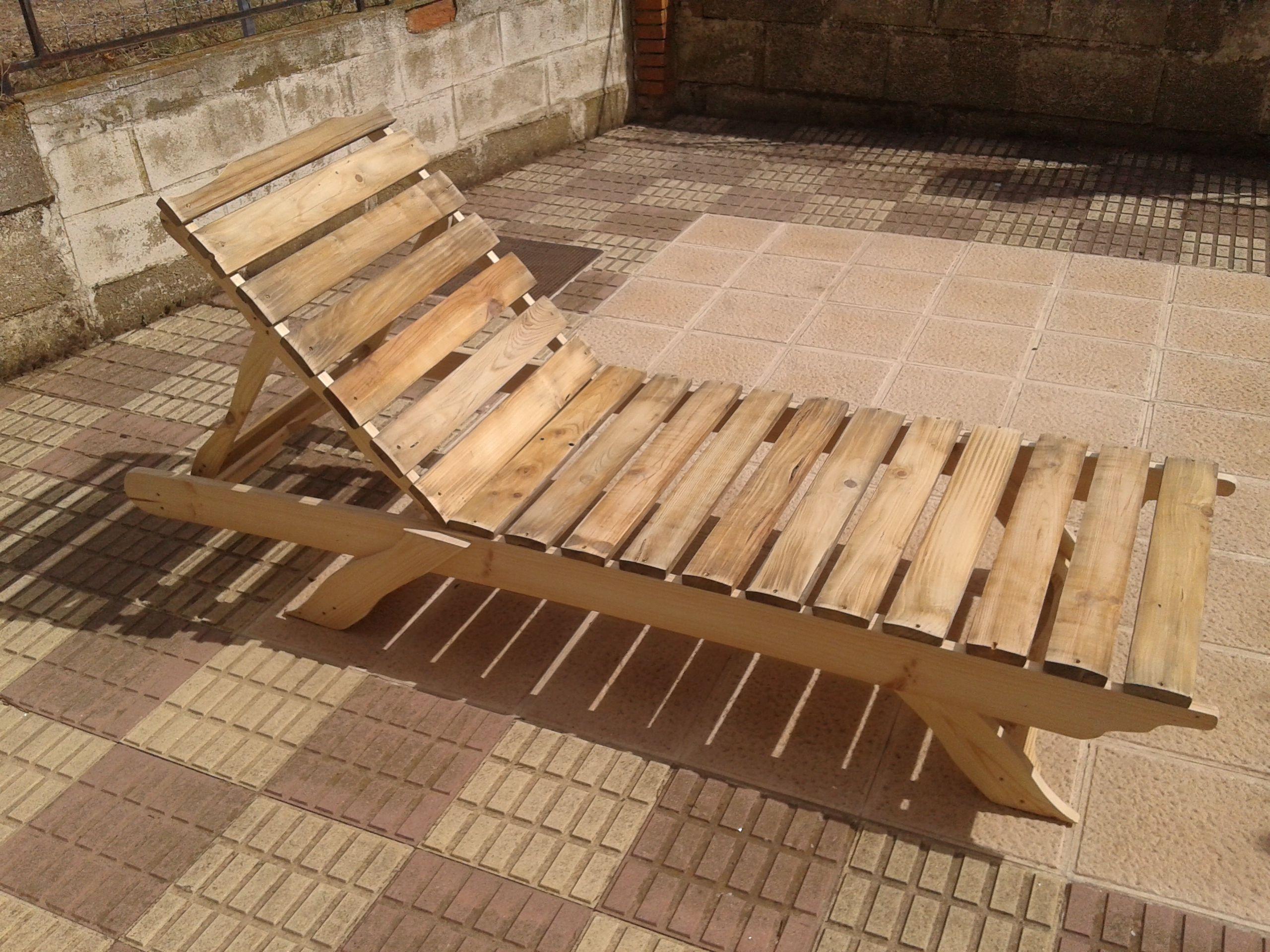 Tumbona realizada con madera de palet y cuerpos de bobina reciclados ...