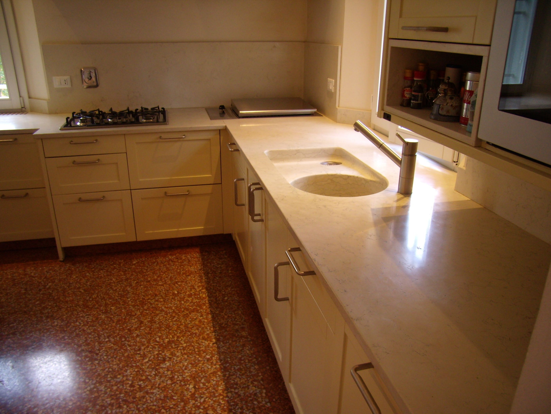 Top per cucina bulthaup in marmo biancone con lavello scavato dal blocco e gocciolatoio - Blocco lavello cucina ...