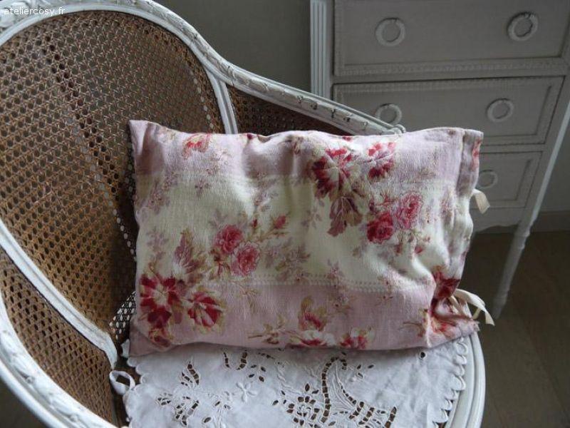 coussin tissu ancien Coussin tissu ancien , fleurs roses Brocante de charme atelier  coussin tissu ancien
