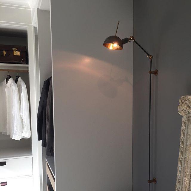 Den tøffe vegglampen Kettle Stick fra @lightworkeu henger nå i den nye garderoben i utstillingen vår✨ kr. 12.170,-Se mer fra Lightwork på www.lampestudio.no #lampestudio