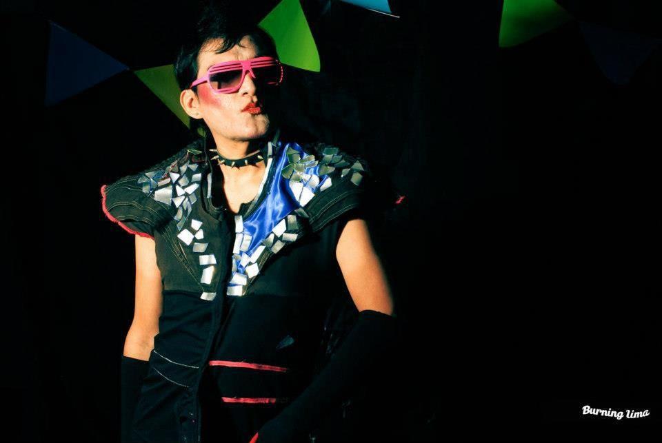 Dj -Artista Artista Transgénero Drag Performer Curador Independiente Promotor Cultural Actor/Actriz...Frau Diamanda. Polera Mixta , desarrollada en disferentes texturas : algodón, versace.algodón licrado; aplicaciones en aluminio (reciclaje de latas ) , en cortes asimetricos, plastico en cinto cintura.