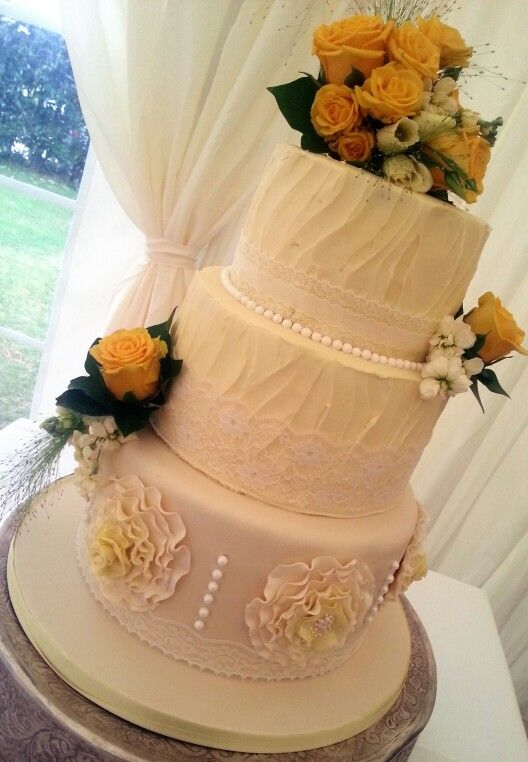www.dazzleliciouscakes.co.uk Vintage buttercream and roses wedding ...