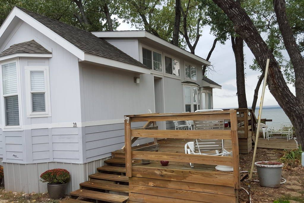 House in Lawton, United States. Beautiful lakefront,  modern, tiny house with lakeside decks, views of Mt Scott in the Wichita Mountains.  Full size bedroom, bathroom and kitchen as well as 3 bed sleeping loft.  Brief lakeshore drive to Medicine Park.  Easy access to Wichita Mou...