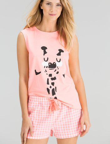78d5907bf Pijama corto de cuadros y dibujo de jirafa