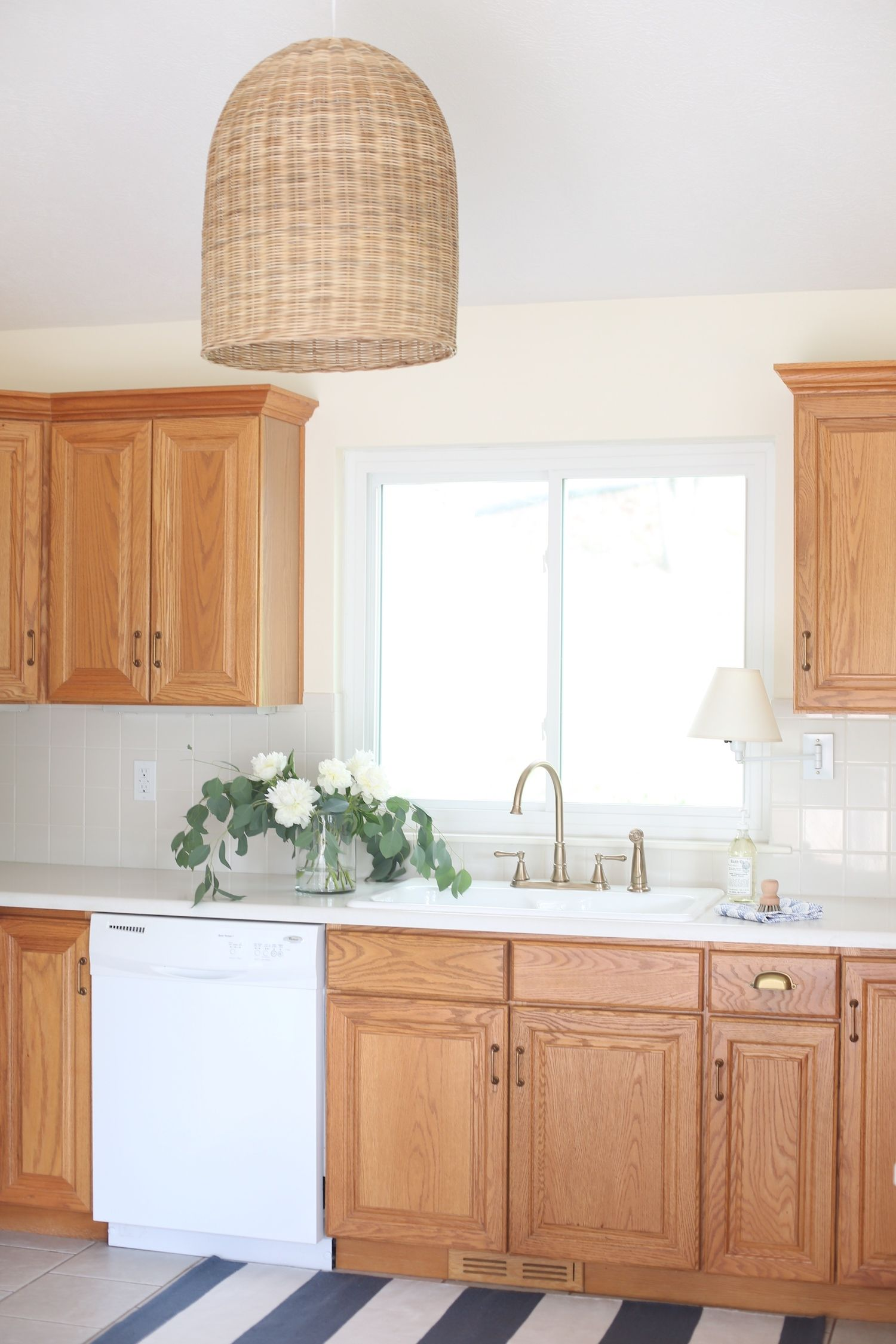 Ad How To Update A Dated 90 S Kitchen With Oak Cabinets Without Painting Them Deltafaucet Dayofdesign Deltad Oak Kitchen Cabinets Oak Kitchen Oak Cabinets