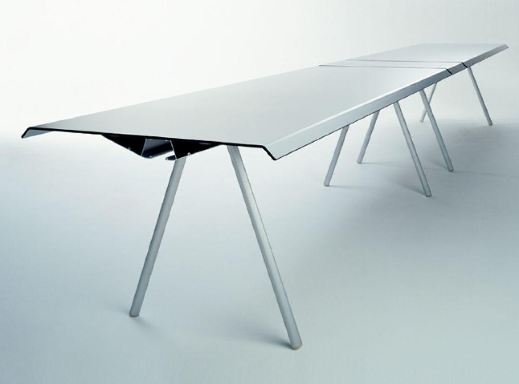 Tischplatte und -unterkonstruktion bilden beim Ateliertisch eine ...