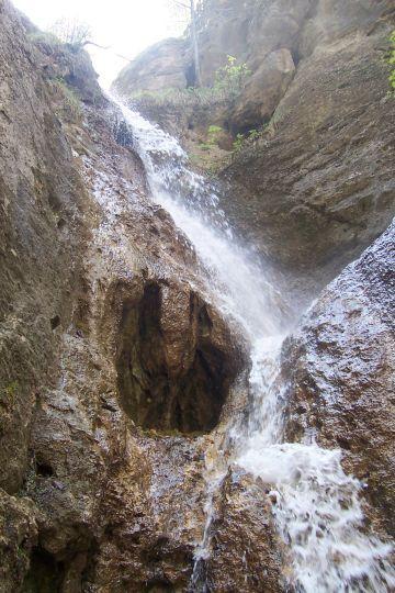 15 m vysoký Hlbocký vodopád pri Bytči. Je súčasťou spomínanej NPR Súľovské skaly.