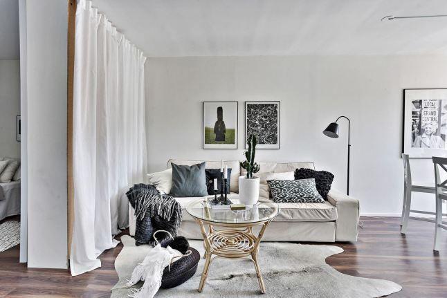 s paration chambre salon fut e avec une armoire et un. Black Bedroom Furniture Sets. Home Design Ideas