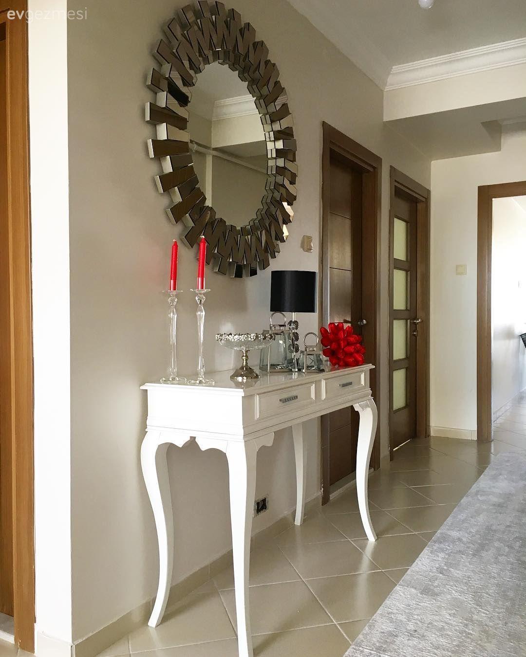 Modern ve klasiğin hoş bir harmanı.. Sultan hanımın keyifli evinden. #decorationentrance