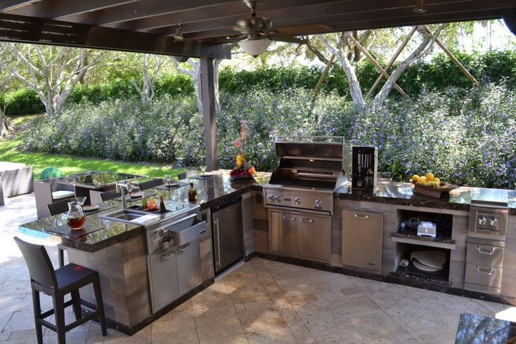 Außenküche Mit Spüle : Eine außenküche verfügt über einen gasgrill eine spüle einen