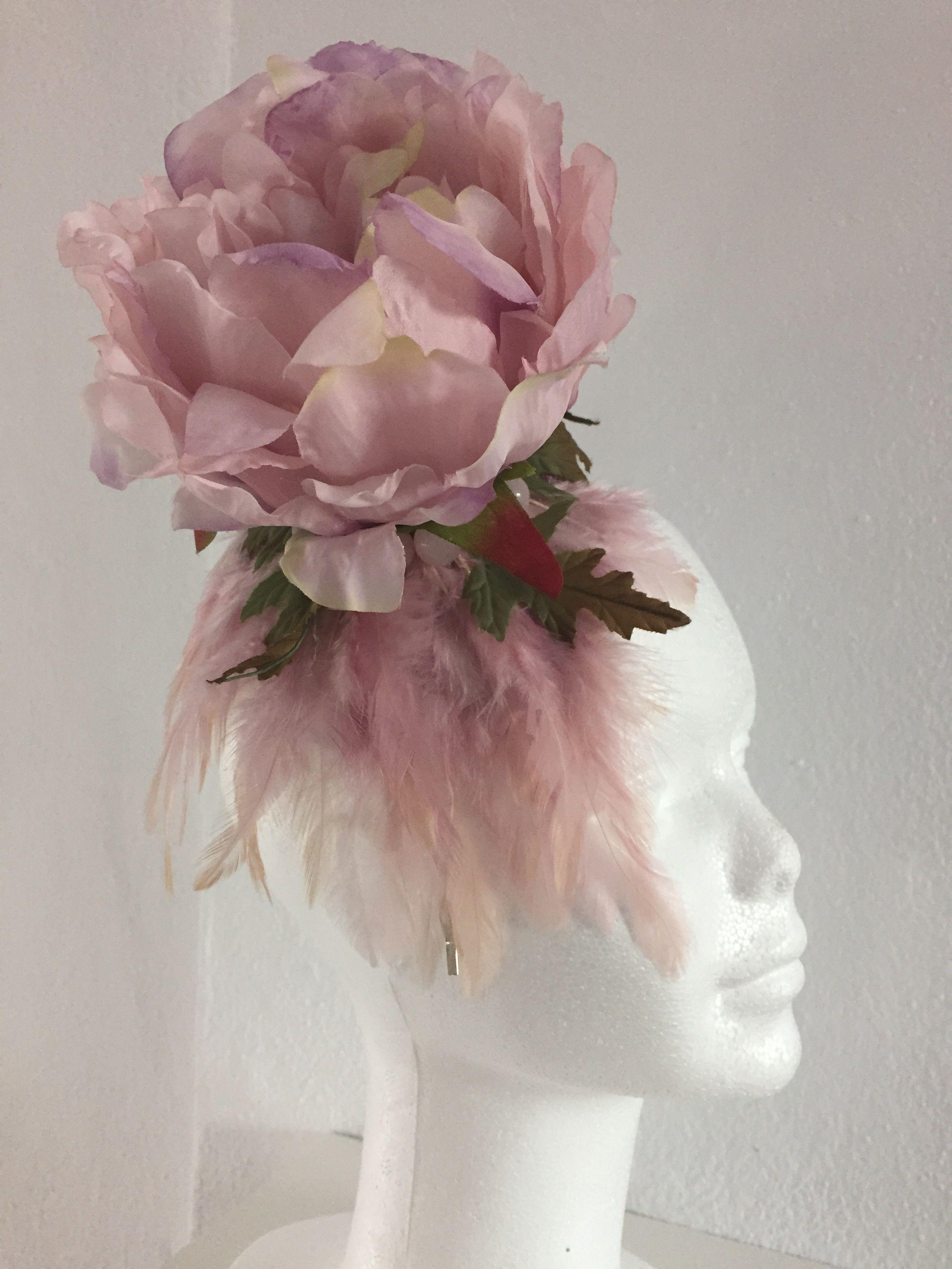 Tocado con mini base sinamay seda y diadema. Lleva flor grande rosa palo, plumas y pulsera perlas pulsera piedras natural de cinturón PVP: 28€