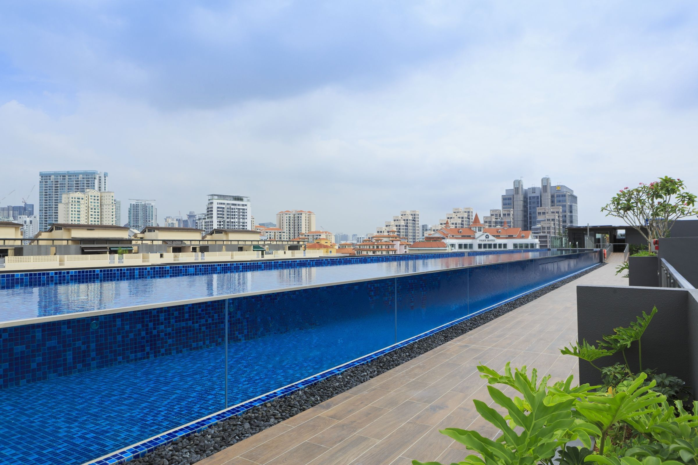 Rooftop Swimming Pool At Holiday Inn Express Singapore Clarke Quay Pool Swimming Pools Rooftop