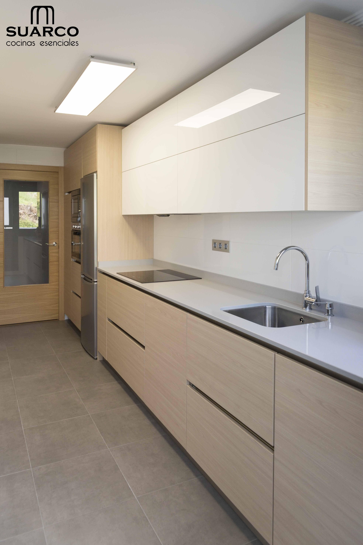 Cocina moderna de estilo n rdico blanco con madera for Cocinas de madera modernas 2016